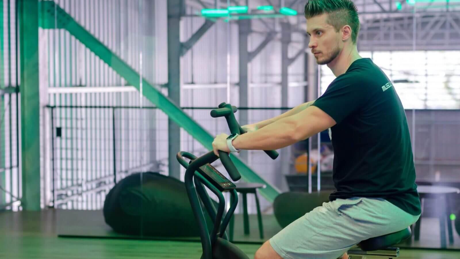 Trening na maszynie fitness dla średniozaawansowanych